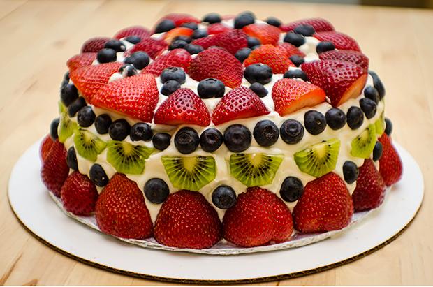 Cake Decorated With Fruits Pinterest : Pastel de Queso Crema con Frutas y Crema Batida - Pasteles ...